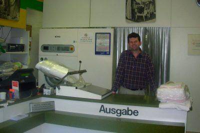 Günter Aichele 2008 hinter Theke