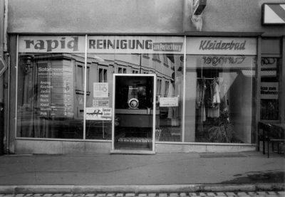 Schwarzweiß-Fotografie von altem Schaufenster der Rapid-Reinigung