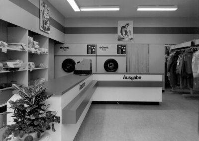 Schwarzweiß-Fotografie des Ladens der Rapid-Reinigung
