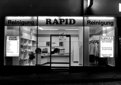Schwarzweiß-Fotografie des Schaufensters der Rapid-Reinigung